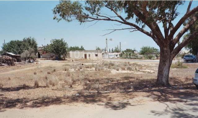 For sale, a very nice corner plot of land. Easy access, close to town centre and all amenities